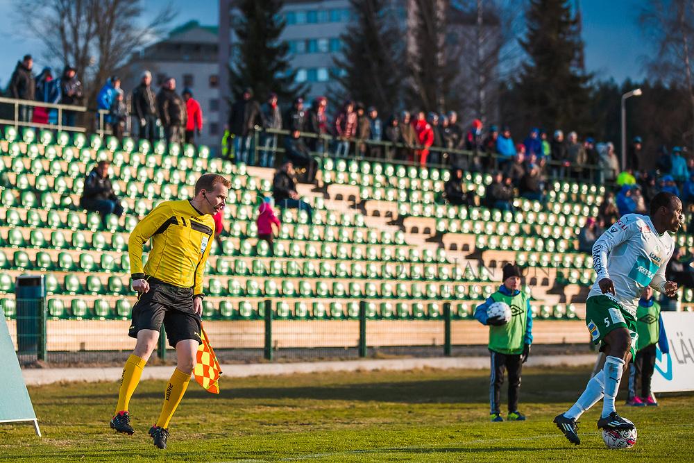 Avustava erotuomari Jonas Turunen (vas.) seuraa IFK Mariehamnin Dever Orgilia Veikkausliigan ottelussa FC Lahti-IFK Mariehamn. Kisapuisto, Lahti, Suomi. 23.4.2015.