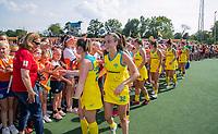 AMSTELVEEN -Dames van Australia met de fans van Oranje na   de Pro League hockeywedstrijd dames, Nederland-Australie (3-1) COPYRIGHT  KOEN SUYK