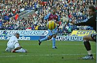 Fotball<br /> England 2004/2005<br /> Foto: SBI/Digitalsport<br /> NORWAY ONLY<br /> <br /> Bolton Wanderers v Aston Villa<br /> Barclays Premiership, Reebok Stadium, Bolton 13/11/2004<br /> <br /> Bolton's El Hadji Diouf (L) slots home his team's first goal past Aston Villa's Thomas Sørensen (R).