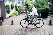 Een fietser rijdt over de Bemuurde Weerd in Utrecht.<br /> <br /> A cyclist in Utrecht.