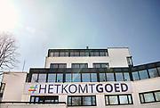 Nederland, Nijmegen, 4-4-2020  Tegen de gevel van een kantoorgebouw heeft men een spandoek gespannen met de tekst: Het Komt Goed, als bemoediging nar de passanten op straat tijdens de coronacrisis.Foto: Flip Franssen