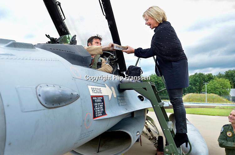 Nederland, Volkel, 30-6-2016De zes F16 gevechtsvliegtuigen keren terug van hun missie boven Irak en Syrie tegen het kalifaat van IS, islamitische staat . De vliegtuigen werden verwelkomd door minister van defensie Jeanine Hennis Plasschaert die van een van de piloten een trommel Arabische zoetigheid toegestopt kreeg .FOTO: FLIP FRANSSEN/ HH