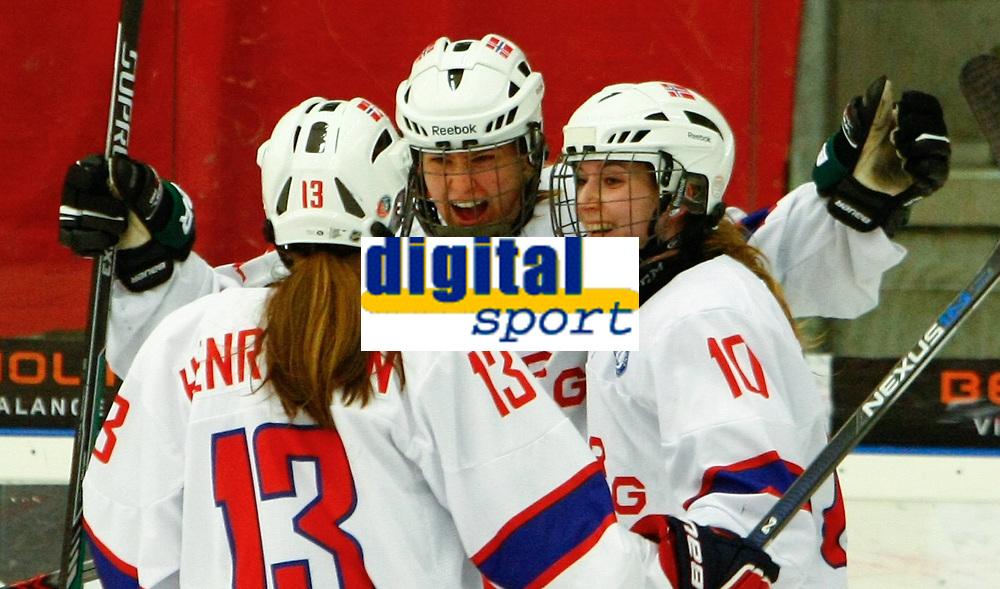 BILDET INNGÅR IKEK I FASTAVTALER. ALL NEDLASTING BLIR FAKTURERT.<br /> <br /> Ishockey<br /> VM kvinner<br /> Norge<br /> Foto: imago/Digitalsport<br /> NORWAY ONLY<br /> <br /> DK, IIHF WW DivIa, Denmark (DK) vs Norway (NOR) 29.03.2016, Gigantium, Aalborg, DK, IIHF WW DivIa, Denmark (DK) vs Norway (NOR), im Bild bejubeln Martine Henriksen (Norway 13), Torschuetzin Andrea Dalen (Norway 22) und Camilla Bakkene (Norway 10) den 2:3