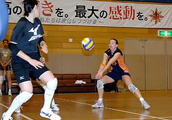 02-11-2006 VOLLEYBAL: WK DAMES: TRAINING JT MARVELOUS: KOBE JAPAN<br /> <br /> Elke Wijnhoven, Susan van den Heuvel en Carlijn Jans spelen niet op het wk in Japan maar zijn wel op stage meegegaan en trainen bij de Japanse volleybalclub JT Marvelous om ervaring op te doen / <br /> <br /> ©2006-WWW.FOTOHOOGENDOORN.NL *** Local Caption ***