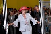 Her Majesty the queen was Wednesday 17 May present at the start of the jubilee programme on the occasion of the 50 year old existence of Singer Laren. The queen performs this day the official opening of the renewed garden room of the museum and she visits the jubilee at tone interview Singer Laren live ones!<br /> <br /> Hare Majesteit de Koningin was woensdag 17 mei aanwezig bij de start van het jubileumprogramma ter gelegenheid van het 50-jarig bestaan van Singer Laren. De Koningin verricht deze dag de officiële opening van de vernieuwde tuinzaal van het museum en zij bezichtigt de jubileumtentoonstelling Singer Laren Live!<br /> <br /> <br />  <br /> On the photo / Op de foto : Official opening / officiele opening