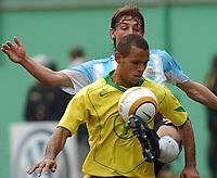 25/07/04 - LIMA - PERU - FINAL MATCH - COPA AMERICA PERU 2004 - BRASIL - BRAZIL (5) VS. ARGENTINA ()3 - By penlatys.<br />here Brazilian N*9 LUIS FABIANO and Argentine N*6 GABRIEL HEINZE.<br />©G.P./Argenpress.com