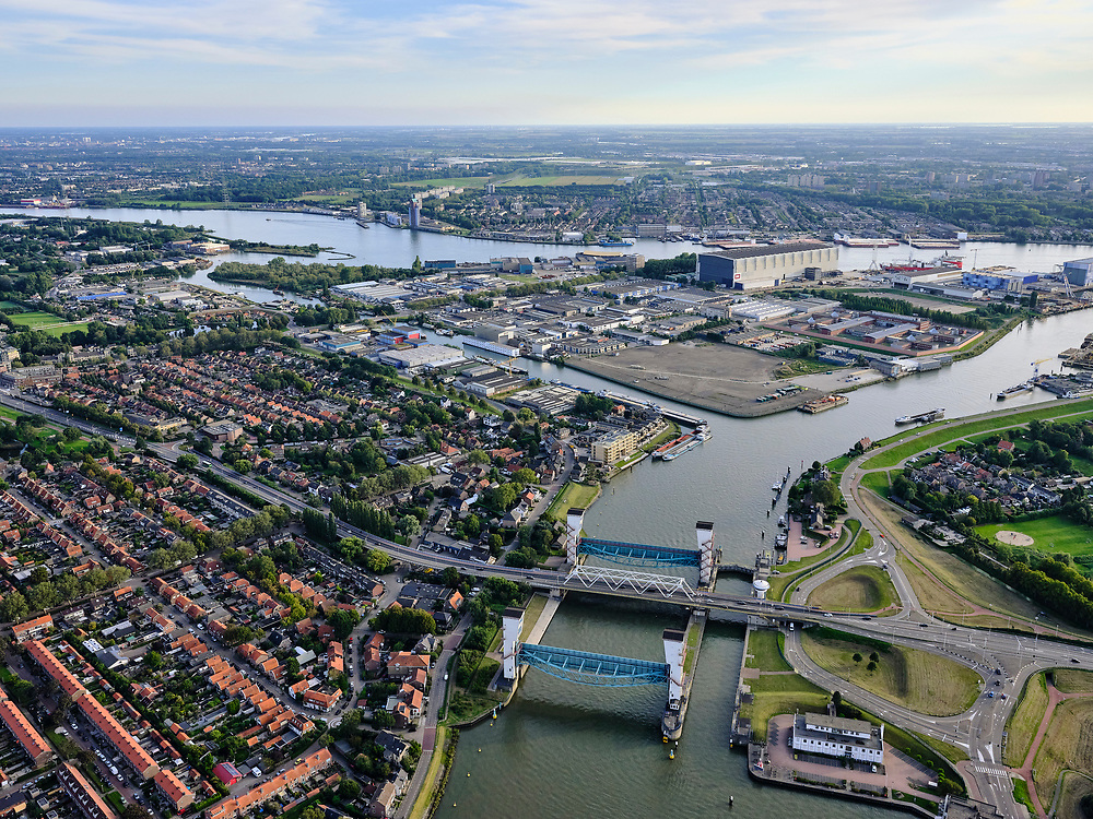 Nederland, Zuid-Holland, Capelle aan den IJssel, 14-09-2019; Algerakering, ook Stormvloedkering Hollandse IJssel, het eerste van de Deltawerken. Boven in beeld de Nieuwe Maas. De kering is gebouwd na de watersnoodramp in 1953. Beschermd het achterland tegen overstromingen als er hoog water is. Gelegen op grens met Krimpen aan de IJssel.<br /> Algera barrier, also Storm surge barrier Hollandse IJssel, the first of the Delta Works. Built after the flood disaster in 1953. Protects the hinterland against flooding when there is high water.<br /> luchtfoto (toeslag op standard tarieven);<br /> aerial photo (additional fee required);<br /> copyright foto/photo Siebe Swart
