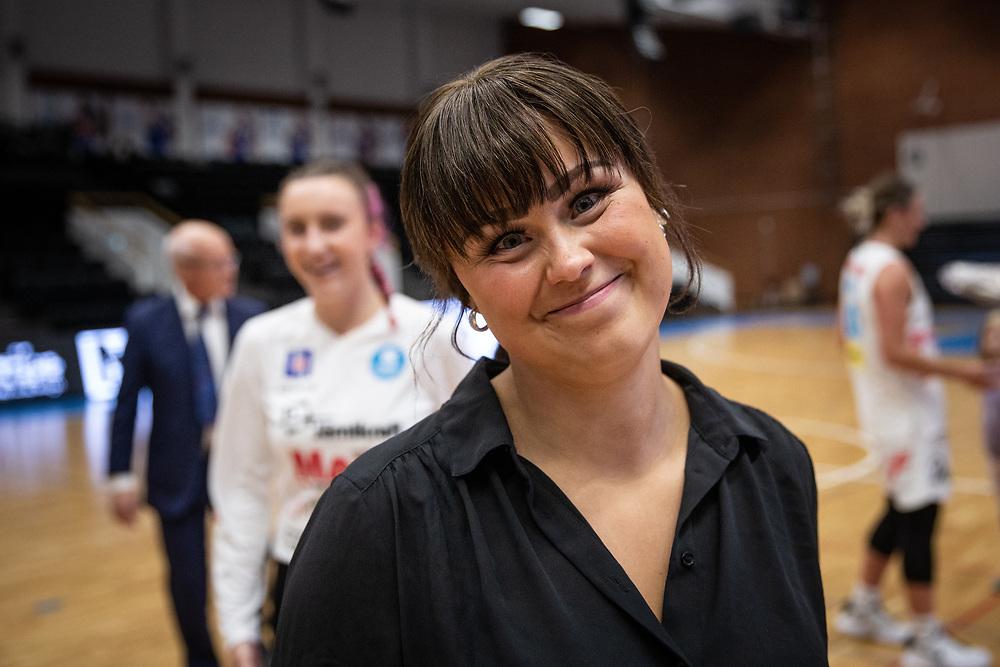 ÖSTERSUND 20210925<br /> Östersunds tränare Alva Stark är nöjd efter segern under lördagens match i Basketligan mellan Östersund Basket och Uppsala Basket i Östersunds Sporthall<br /> <br /> Foto: Per Danielsson/Projekt.P