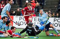 BLOEMENDAAL - HOCKEY- Constantijn Jonker (m)  van Kampong  heeft gescoord en geeft iedereen , waaronder Nicolas Jacobi en Moritz Fürste (r), het nakijken  tijdens de  kwartfinale van de EHL (Euro Hockey League) wedstrijd tussen de mannen van UHC Hamburg en Kampong  (3-2).  FOTO KOEN SUYK