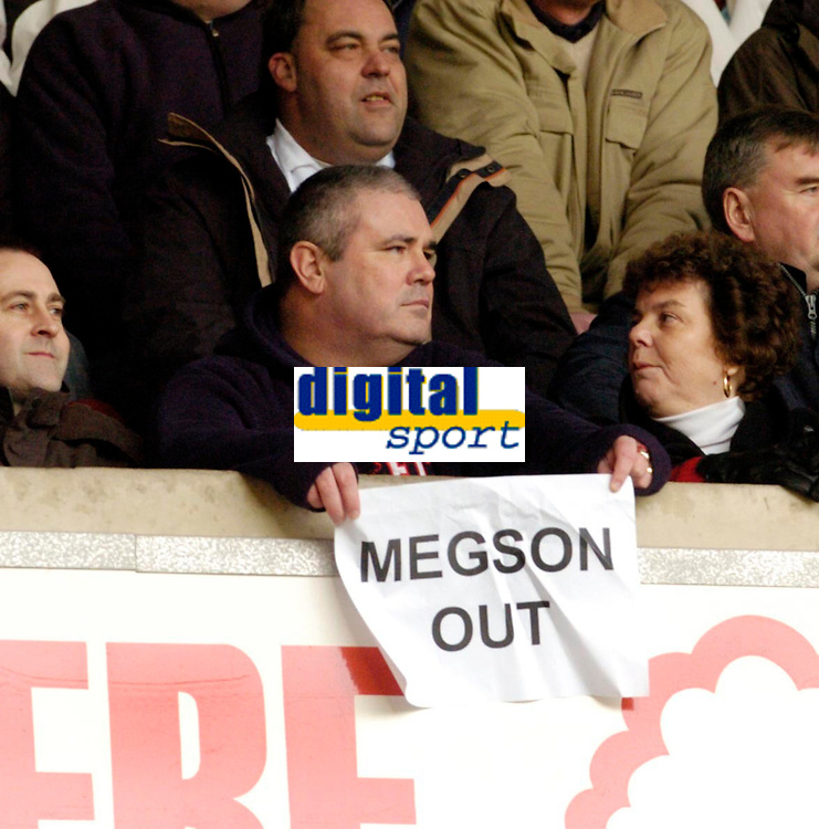Photo: Leigh Quinnell.<br /> Nottingham Forest v Swansea. Coca Cola League 1. 11/02/2006. A Nottingham Forest fan makes his fellings known to manager Gary Megson.