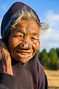 Alte Frau vom Stamm der Apatani, bekannt für die Holzstücke in der Nase um sie hässlich zu machen, Ziro Arunachal Pradesh, Nordost Indien*Old woman of the Apatani tribe famous for the wooden pieces in their nose to make them ugly, Ziro, Arunachal Pradesh, Northeast India