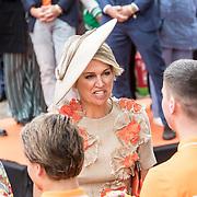 NLD/Amersfoort/20190427 - Koningsdag Amersfoort 2019, Koningin Maxima en Prinses Amalia ontvangen boeketje