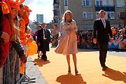 Her Majesty the queen and members of the royal family celebrate Saturday 29 April 2006 Queensday in the province flevoland in the cities  Zeewolde and almere.<br /> <br /> Hare Majesteit de Koningin en leden van de Koninklijke Familie vieren zaterdag 29 april 2006 Koninginnedag mee in de provincie Flevoland en wel in Zeewolde en Almere.<br /> <br /> On the Photo / Op dce foto: Princess Mabel and Prins Friso walking through the streets of Almere / Princes Mabel en Prins Floris loopen door de straat van Almere