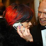 NLD/Amsterdam/20051002 - Premiere Beauty and the Beast, Kim Lian van der Meij belt met haar bling bling telefoon, Danny Rook kijkt toe