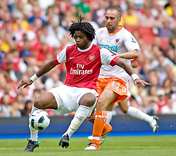 21.08.2010, Emirates Stadium, London, ENG, PL, FC Arsenal vs FC Blackpool, im Bild Arsenal's Alex Song  shields the ball from Blackpool's Gary Taylor-Fletcher. EXPA Pictures © 2010, PhotoCredit: EXPA/ IPS/ Mark Greenwood +++++ ATTENTION - OUT OF ENGLAND/UK +++++ / SPORTIDA PHOTO AGENCY