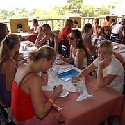 Miss Nederland 2003 reis Turkije, hotel Club Paradiso, restaurant, Vivienne de Rop