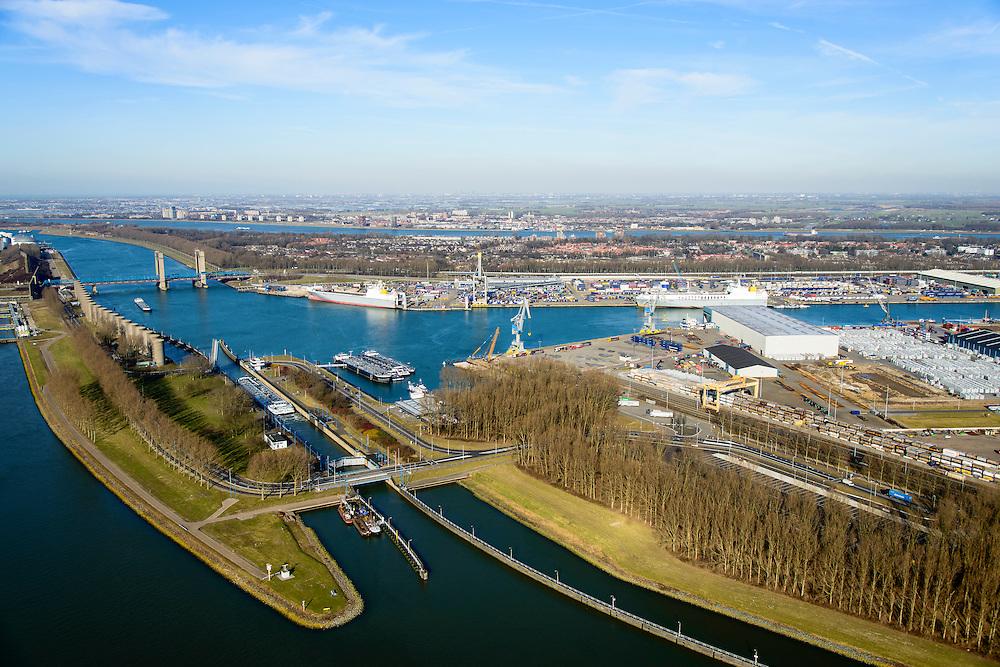 Nederland, Zuid-Holland, Rotterdam, 18-02-2015. Rozenburgsesluis tussen Hartelkanaal en Calandkanaal. Bij de Calandbrug staan een windscherm om het manoeuvreren met hoog beladen zeeschepen ook bij sterke wind mogelijk te maken.<br /> Rozenburgse Locks between Hartelkanaal and Caland Canal. Next to Caland bridge a windshield  allows for maneuvering  high loaded ocean-going vessels even in strong wind.<br /> luchtfoto (toeslag op standard tarieven);<br /> aerial photo (additional fee required);<br /> copyright foto/photo Siebe Swart