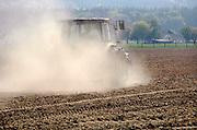 Nederland, Zeddam, 25-4-2007..Een boer egaliseert zijn land, akker waarvan de grond zo droog is dat er een grote stofwolk ontstaat. Droogte, klimaatsverandering, akkerbouw, milieu..Foto: Flip Franssen/Hollandse Hoogte