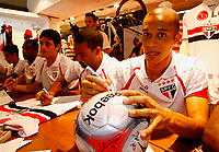 20091124: SAO PAULO, BRAZIL - Sao Paulo players sign autographs at Reebook store in Morumbi Stadium. In picture: Miranda. PHOTO: CITYFILES