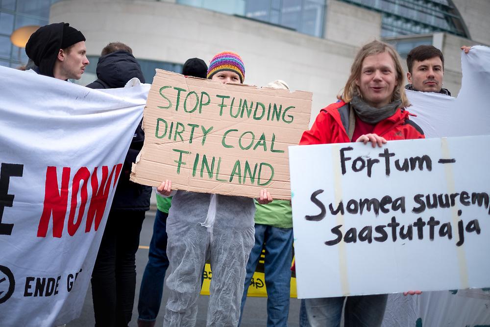 Klimaaktivisten von Fridays for Future, Greenpeace, BUND und Ende Gelände protestieren anlässlich des Staatsbesuchs der f i n n i s c h e n   P r ä s i d e n t i n  S a n n a  M a r i n  vor dem Kanzleramt in Berlin gegen gegen die Inbetriebnahme des Steinkohlekraftwerks Datteln IV.<br /> Der finnische Energiekonzern Fortum ist Großaktionär beim Düsseldorfer Energiekonzern Uniper, der Datteln 4 betreibt, dem finnischen Staat hält die Aktienmerheit an Fortum. Demonstrant mit Schild: Stop Funding Dirty Coal Finland.<br /> <br /> [© Christian Mang - Veroeffentlichung nur gg. Honorar (zzgl. MwSt.), Urhebervermerk und Beleg. Nur für redaktionelle Nutzung - Publication only with licence fee payment, copyright notice and voucher copy. For editorial use only - No model release. No property release. Kontakt: mail@christianmang.com.]