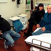 Sugar Lee Hooper in het AMC na een val op een podium met haar vriendin Andrea van der Knaap en zoon