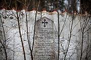 """Friedhof in Oberplan (Horni Plana). """"Das einstige Sudetengebiet, deutsche Dörfer in der tschechischen Grenzregion, ist eine Welt für sich - mit ihren Bergen und der fast unberührten Natur ist es aber eine schöne Welt. Und das ist, was beide verbindet: Tschechen und Deutsche. Angesiedelte und Vertriebene."""""""