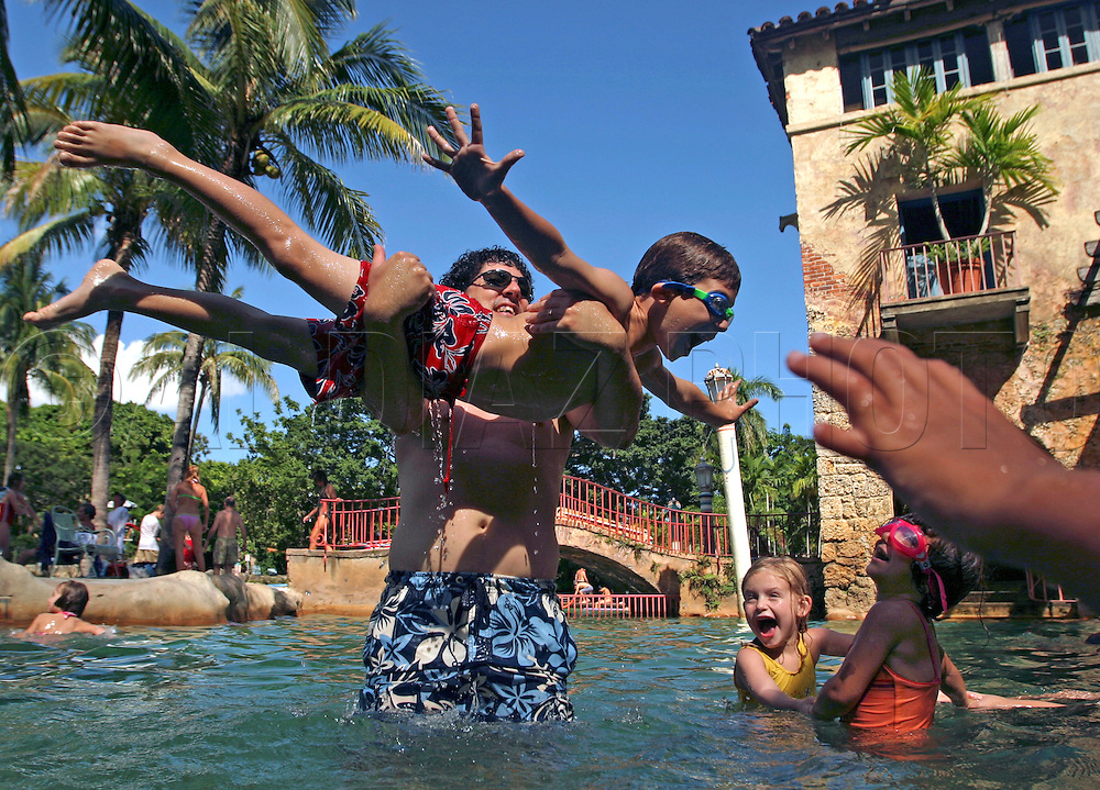 8/21/05 Al Diaz / Miami Herald Staff--Coral Gables--End of Summer for Steve Teitelbaum with his 7 year old son plays at Venetian pool with sister Emily Rose, 4, and friend Amelia Carty-Andriola, 3.