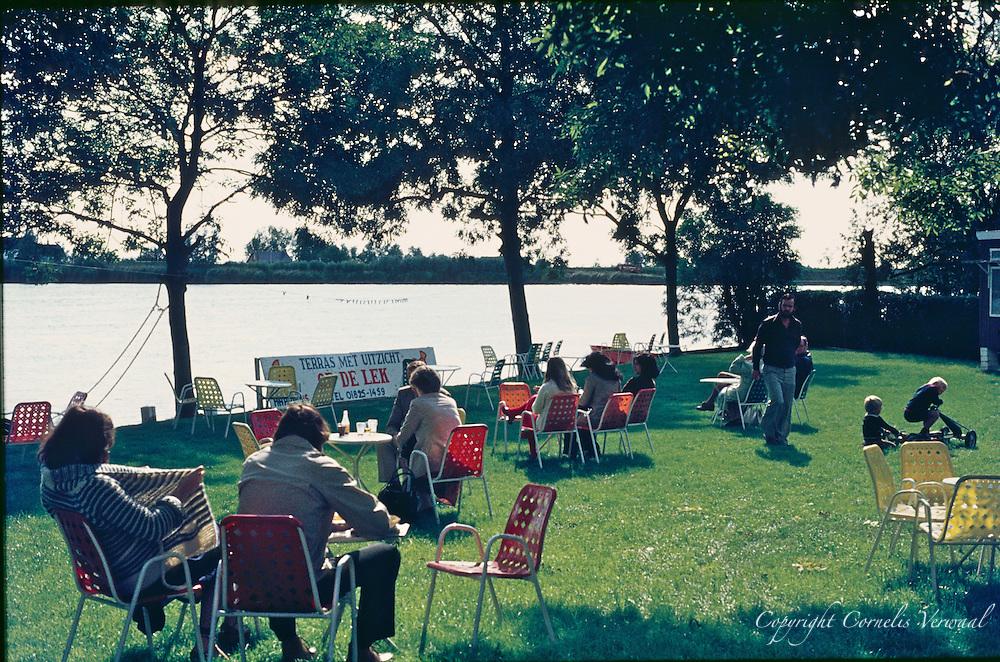 Terras aan de Lek achter Het Gebouw in Ammerstol, 1979.