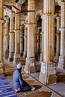 Inde, Etat de Gujarat, Ahmedabad, classé Patrimoine Mondial de l'UNESCO, tombe de Sarkhej Roza, prière // India, Gujarat, Ahmedabad, Unesco World Heritage city, Sarkhej Roza tomb, praying