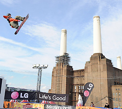 29.10.2011, Battersea Power Station, London GBR, FIS Snowboard Worldcup, Relentless Freeze Festival, im Bild FIS World Cup 2012 Heat 2, Torgeir BERGREM of NOR // during FIS Snowboard Worldcup at Relentless Freeze Festival in London, United Kingdom on 29/10/2011. EXPA Pictures © 2011, PhotoCredit: EXPA/ TNT Sports/ Nick Tapsell +++++ ATTENTION - OUT OF ENGLAND/GBR +++++