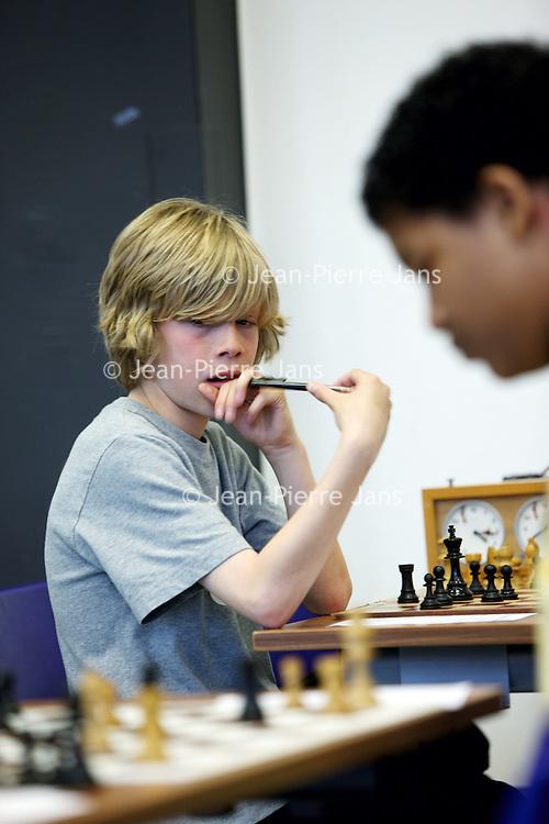 Nederland, Amsterdam , 29 april 2010..Kinderen leren schaken bij Schaakclub VAS op de Cygnus Gymnasium op de Lineushof 48.Foto:Jean-Pierre Jans