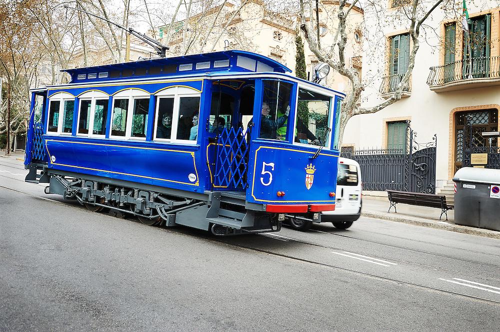 blauwe tram rijdt naar beneden