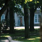 Verjaardag prins Claus Huis ten Bosch, Claus verlaat de voordeur