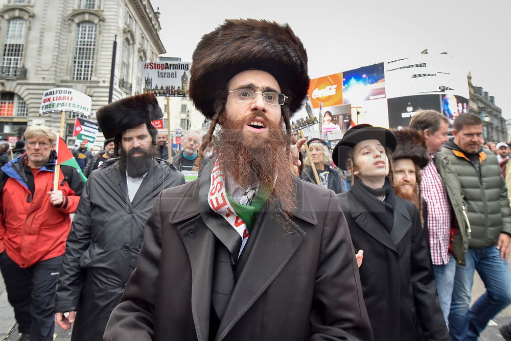 """© Licensed to London News Pictures. 04/11/2017. London, UK.  Hasidic Jews join demonstrators in """"Justice Now: Make It Right For Palestine"""", a march from Grosvenor Square to a rally in Parliament Square, demanding justice and equal rights for Palestinians on the centenary of the Balfour Declaration.  Photo credit: Stephen Chung/LNP"""