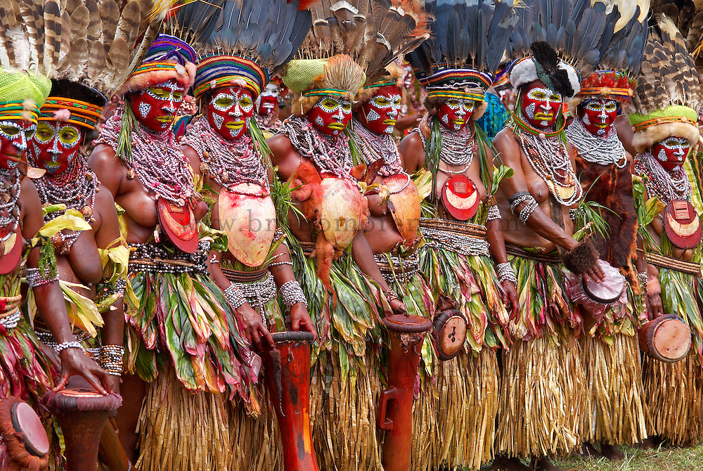 Papouasie Nouvelle Guinée. Western Highland. Mt. Hagen. Sing Sing annuel. Mt Hagen Cultural Show. // Papua New Guinea. Western Highland. Mt. Hagen. Sing Sing of Mount Hagen. <br /> The annual Mt. Hagen Cultural Show brings together many ethnic groups from all the country. The Show plays a significant role in promoting awareness and revival of ancient cultures against the threats of extinction by western influence, religion and urban drift.
