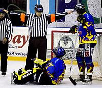 Ishockey , 17. mars 2006 , UPC ligaen Play off semi-finale 6 Jordal Amfi , Vålerenga Hockey - Storhamar Hockey , Ikke mål - Nede for telling . Dommer Tor Olav Johnsen markerer at det ikke ble scoring over en sittende Jonas Norgren Foto: Kasper Wikestad