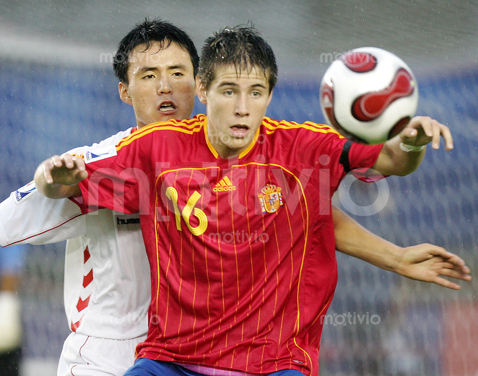 Fussball International U17 WM Korea Achtelfinale Spanien - Nordkorea Spain - Korea DPR Daniel Aquino (ESP, re.) gegen Ri Hyong Mu (PRK).
