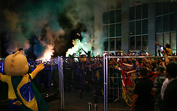 June 25, 2018 - Moscou, Rússia - MOSCOU, MO - 25.06.2018: ARRIVAL OF THE SELECTION IN MOSCOW - Fans celebrate their arrival at the Renaissence Monarch Hotel, where they will be staying in Moscow, Russia. (Credit Image: © Marcelo Machado De Melo/Fotoarena via ZUMA Press)