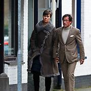 NLD/Laren/20100405 - Coco de Meyere en haar nieuwe partner Kim Tjoa wandelend in Laren