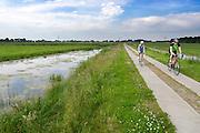 In Groenekan rijden een man en vrouw op een racefiets door de polder. Van oorsprong een sport die vooral door mannen werd beoefend, doen steeds meer vrouwen aan wielrennen.<br /> <br /> In Groenekan a man and woman are cycling on a road bike.