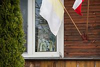 27.04.2014 woj podlaskie W dzien kanonizacji Papieza Jana Pawla II wiele okien bylo udekorowanych jego portretami, flagami narodowymi i papieskimi fot Michal Kosc / AGENCJA WSCHOD