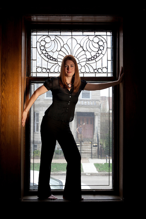 """Novelist Gillian Flynn  at her home in Chicago.  Her new novel  """"Dark Places"""" is  about murder in Kansas and aftermath."""