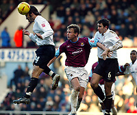 Fotball<br /> England 2004/2005<br /> Foto: SBI/Digitalsport<br /> NORWAY ONLY<br /> <br /> West Ham United v Nottingham Forest<br /> Coca Cola Championship. 26/12/2004<br /> <br /> Shaun Derry and John Thompson of Forest go up prevent Teddy Sheringham scoring any more at Upton Park.