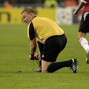 NLD/Eindhoven/20051101 - CHampions League PSV - AC Milan, scheidsrechter Graham Poll strikt zijn veters