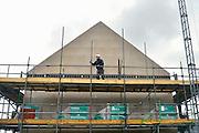 Nederland, Nijmegen, 31-1-2013Bouwvakkers zijn bezig met het bouwen van huizen in de nieuwe wijk Laauwik, onderdeel van de stadsuitbreiding de Waalsprong van Nijmegen in Lent. Een bouwvakker aan het werk. Door de slechte economische situatie worden veel van de nieuwbouwplannen gewijzigd of uitgesteld waardoor de werkloosheid onder bouwvakkers en in de sector snel toeneemt.Foto: Flip Franssen/Hollandse Hoogte
