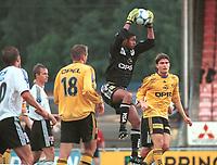 Keeper Emille Baron, Lillestrøm, rager høyest. Lillestrøm - Odd 2-0, Tippeligaen 2000. 2. august 2000. (Foto: Peter Tubaas/Fortuna Media)