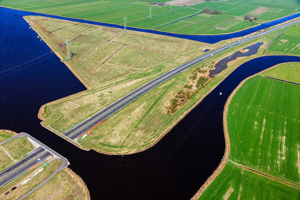 Nederland, Friesland, Waldwei, 01-05-2013; Aquaduct Langdeel. Het aquaduct ligt ten zuiden van Leeuwarden bij de wijk Zuiderburen en maakt deel uit van de Waldwei (N31). Het kanaal Langdeel is onderdeel van de staande mastroute.<br /> Aqueduct Langdeel near Leeuwarden, North Netherlands, next to the newly constructed residential area Zuiderburen (Southern neighbours). It crosses the motorway N31. <br /> luchtfoto (toeslag op standard tarieven);<br /> aerial photo (additional fee required);<br /> copyright foto/photo Siebe Swart motorway N31. <br /> luchtfoto (toeslag op standard tarieven);<br /> aerial photo (additional fee required);<br /> copyright foto/photo Siebe Swart
