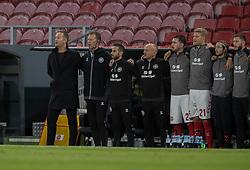 Cheftræner Kasper Hjulmand og assistenttræner Morten Wieghorst under nationalsangen før UEFA Nations League kampen mellem Danmark og England den 8. september 2020 i Parken, København (Foto: Claus Birch).