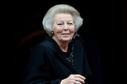 Prinses Beatrix komt aan bij het Koninklijk Paleis voor de traditionele nieuwjaarsontvangst voor Nederlandse genodigden