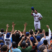 R.A. Dickey acknowledges the crowd after being pulled in the 8th innings while pitching during his 20th win of the season during the New York Mets v Pittsburgh Pirates regular season baseball game at Citi Field, Queens, New York. USA. 27th September 2012. Photo Tim Clayton